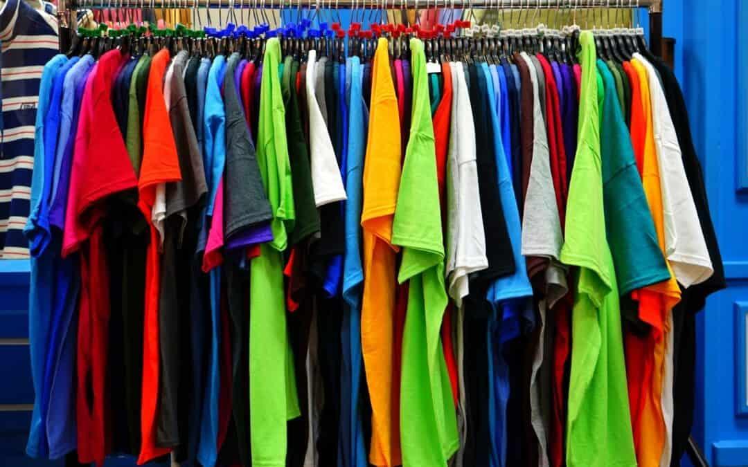 Como lavar camisa colorida
